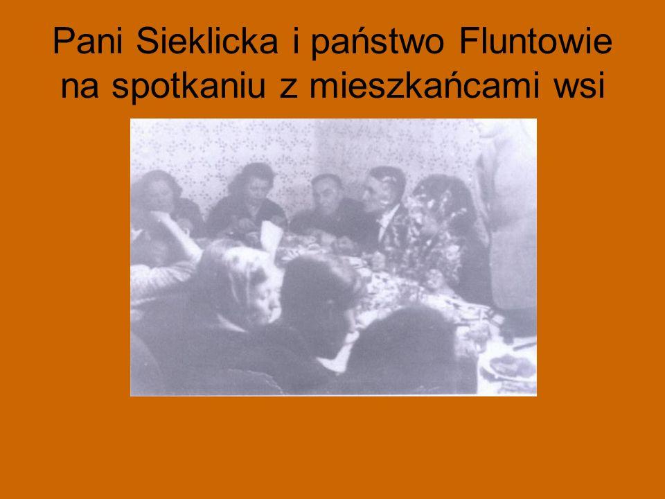 Pani Sieklicka i państwo Fluntowie na spotkaniu z mieszkańcami wsi