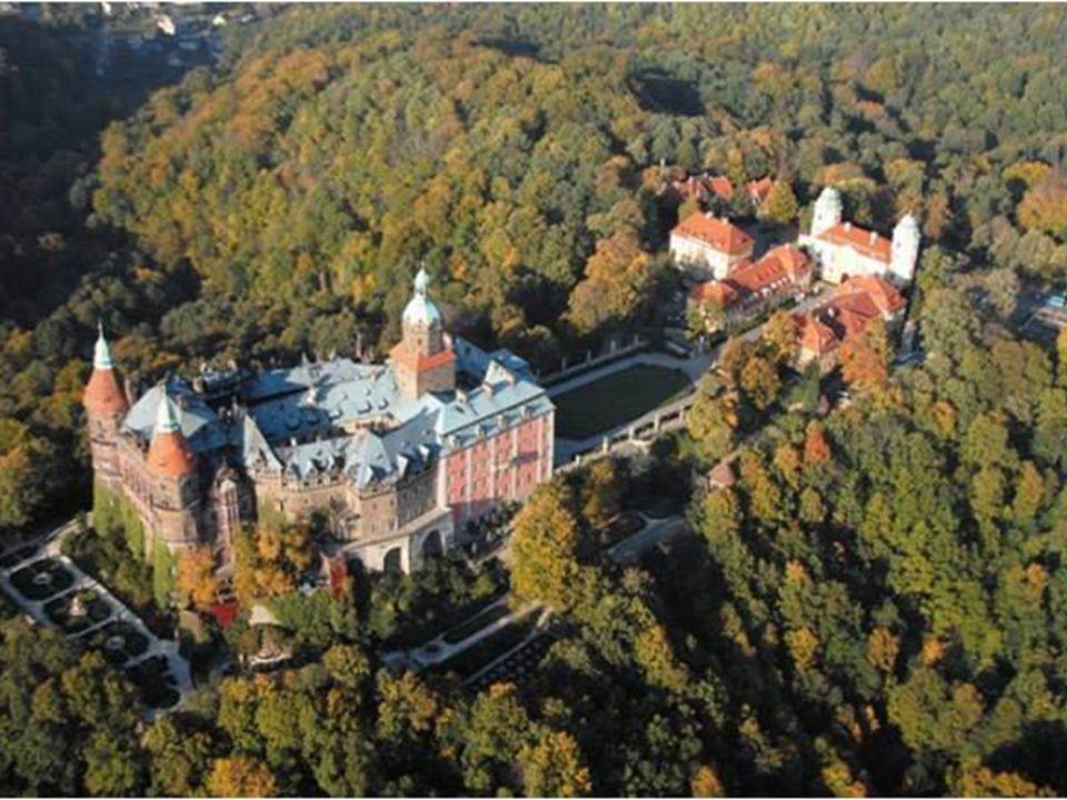 Najciekawsze ślady przeszłości pozostałe do dziś to: Zamek Książ, trzeci co do wielkości zamek w Polsce, otoczony pięknym parkiem utrzymanym w stylu a