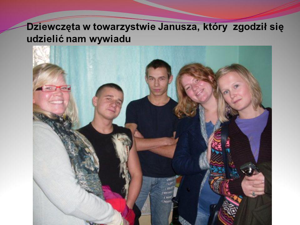 Dziewczęta w towarzystwie Janusza, który zgodził się udzielić nam wywiadu
