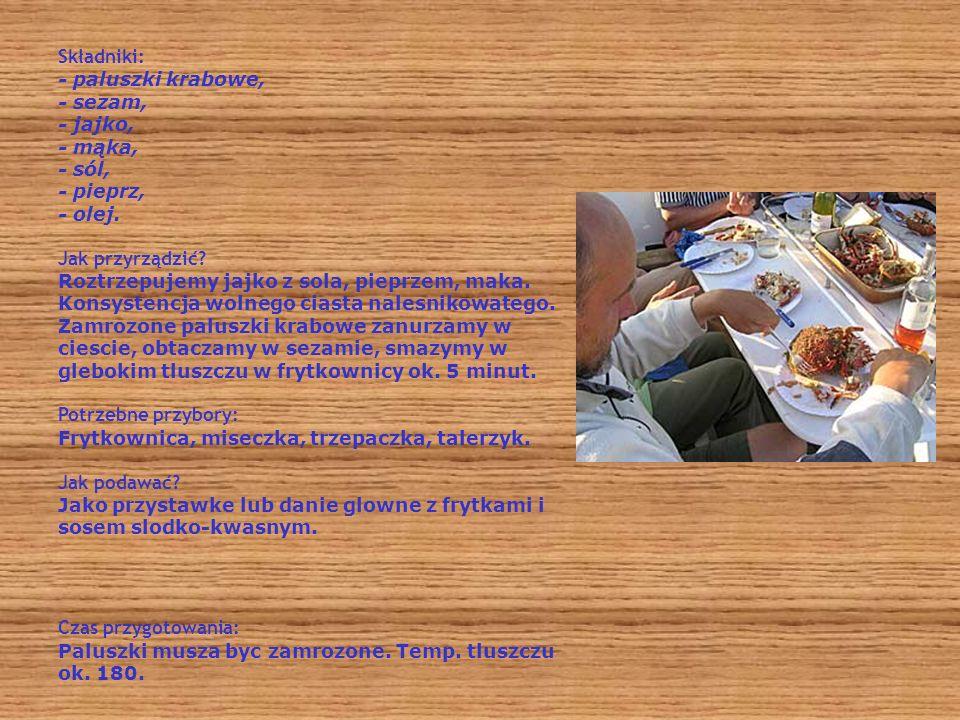 Składniki: - paluszki krabowe, - sezam, - jajko, - mąka, - sól, - pieprz, - olej. Jak przyrządzić? Roztrzepujemy jajko z sola, pieprzem, maka. Konsyst