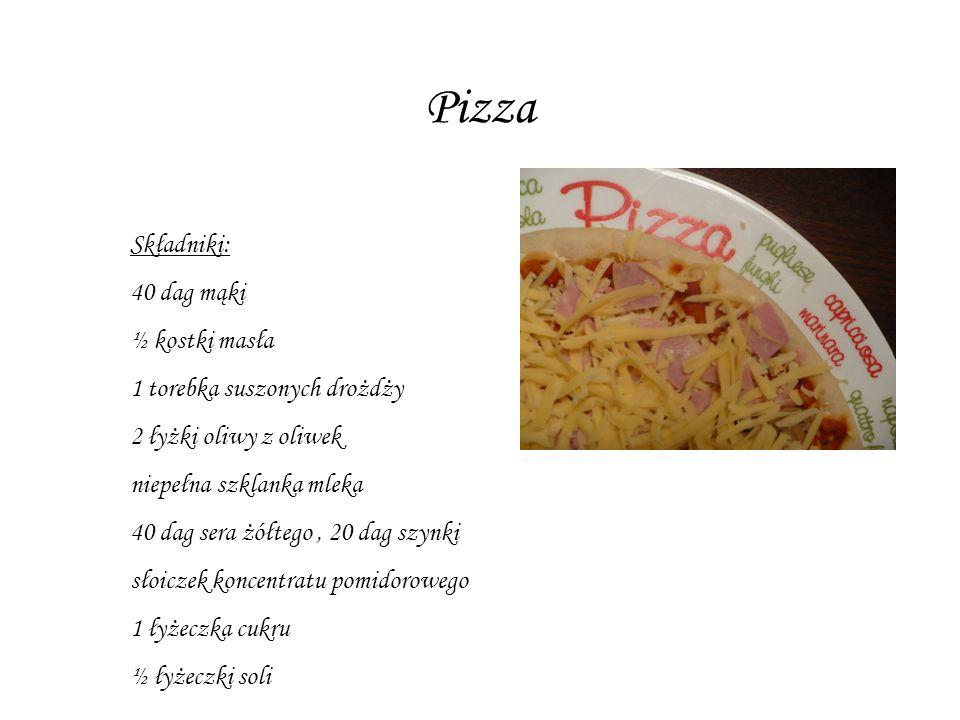 Składniki: 40 dag mąki ½ kostki masła 1 torebka suszonych drożdży 2 łyżki oliwy z oliwek niepełna szklanka mleka 40 dag sera żółtego, 20 dag szynki słoiczek koncentratu pomidorowego 1 łyżeczka cukru ½ łyżeczki soli Pizza