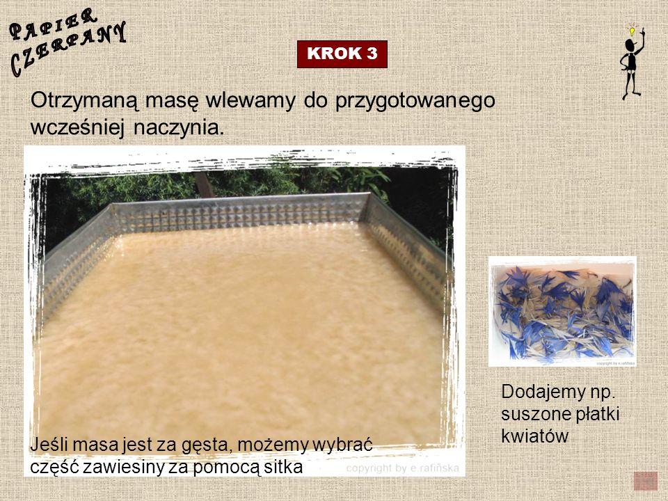 KROK 3 Otrzymaną masę wlewamy do przygotowanego wcześniej naczynia. Dodajemy np. suszone płatki kwiatów Jeśli masa jest za gęsta, możemy wybrać część