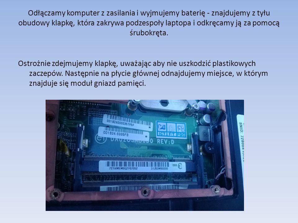 Odłączamy komputer z zasilania i wyjmujemy baterię - znajdujemy z tyłu obudowy klapkę, która zakrywa podzespoły laptopa i odkręcamy ją za pomocą śrubokręta.