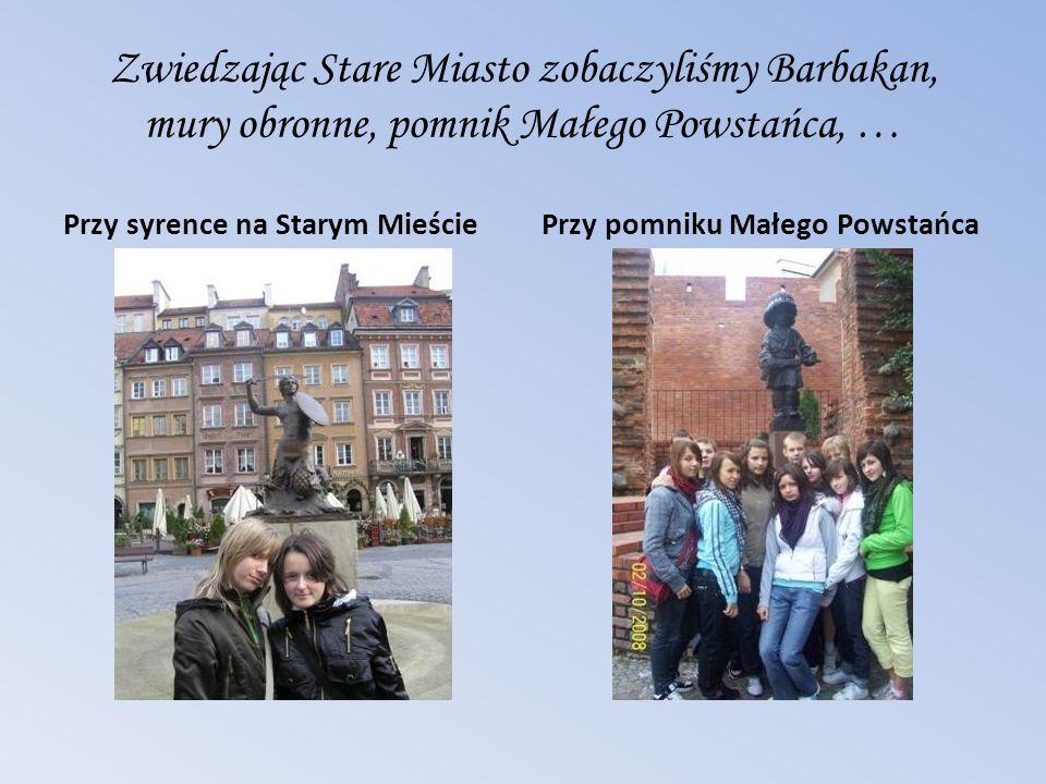 Zwiedzając Stare Miasto zobaczyliśmy Barbakan, mury obronne, pomnik Małego Powstańca, … Przy syrence na Starym MieściePrzy pomniku Małego Powstańca