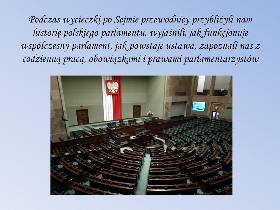 Podczas wycieczki po Sejmie przewodnicy przybliżyli nam historię polskiego parlamentu, wyjaśnili, jak funkcjonuje współczesny parlament, jak powstaje