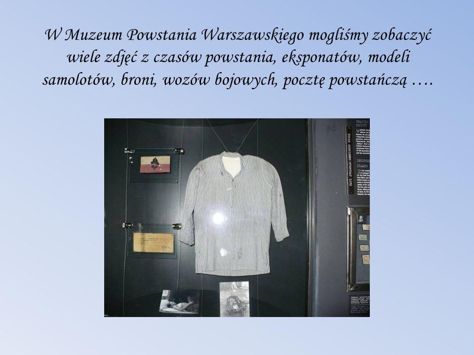 W Muzeum Powstania Warszawskiego mogliśmy zobaczyć wiele zdjęć z czasów powstania, eksponatów, modeli samolotów, broni, wozów bojowych, pocztę powstań
