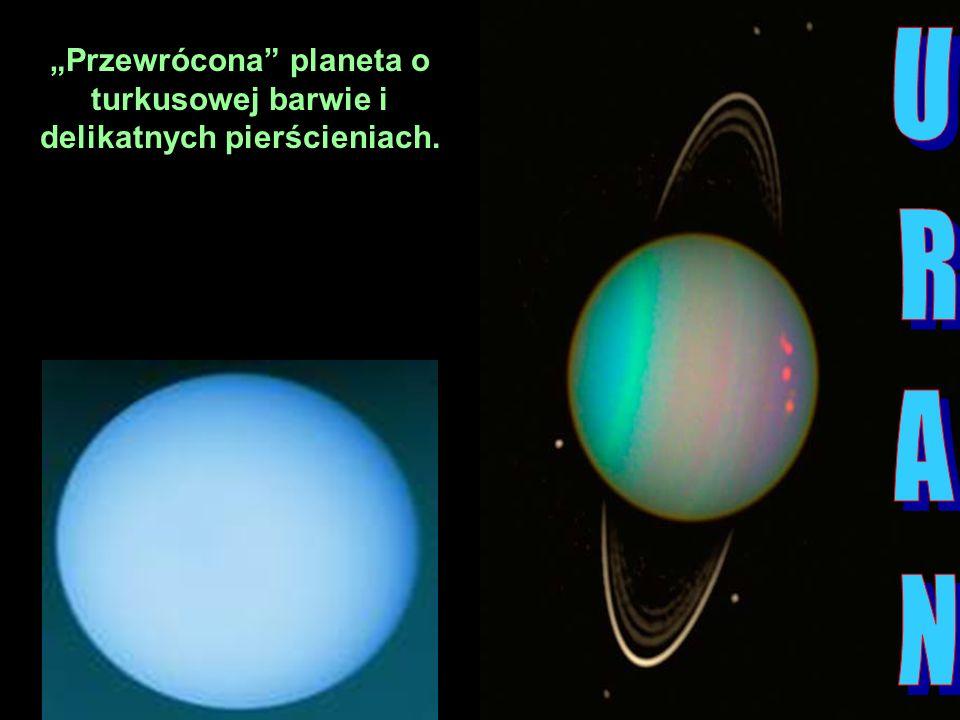 Przewrócona planeta o turkusowej barwie i delikatnych pierścieniach.