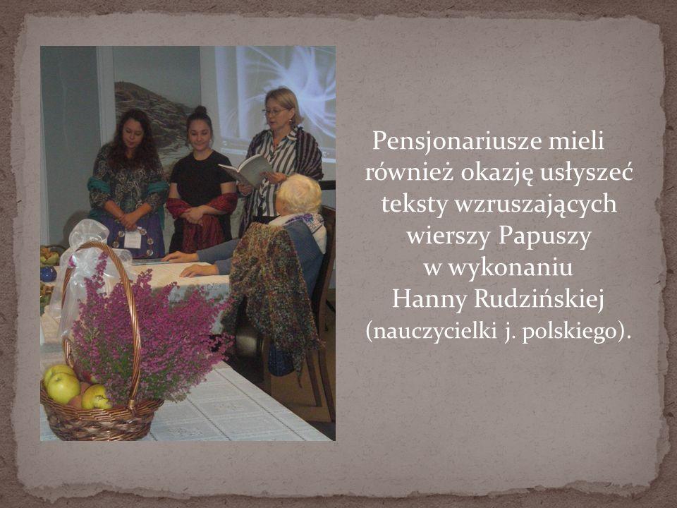 Pensjonariusze mieli również okazję usłyszeć teksty wzruszających wierszy Papuszy w wykonaniu Hanny Rudzińskiej (nauczycielki j. polskiego).