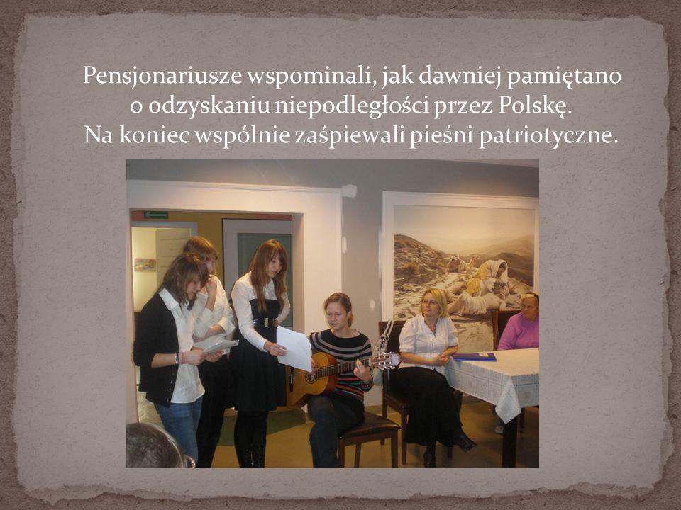 Pensjonariusze wspominali, jak dawniej pamiętano o odzyskaniu niepodległości przez Polskę. Na koniec wspólnie zaśpiewali pieśni patriotyczne.