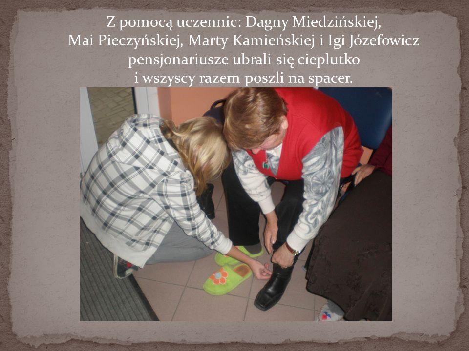 Z pomocą uczennic: Dagny Miedzińskiej, Mai Pieczyńskiej, Marty Kamieńskiej i Igi Józefowicz pensjonariusze ubrali się cieplutko i wszyscy razem poszli