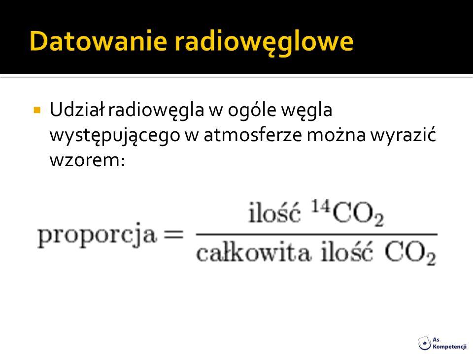 Udział radiowęgla w ogóle węgla występującego w atmosferze można wyrazić wzorem: