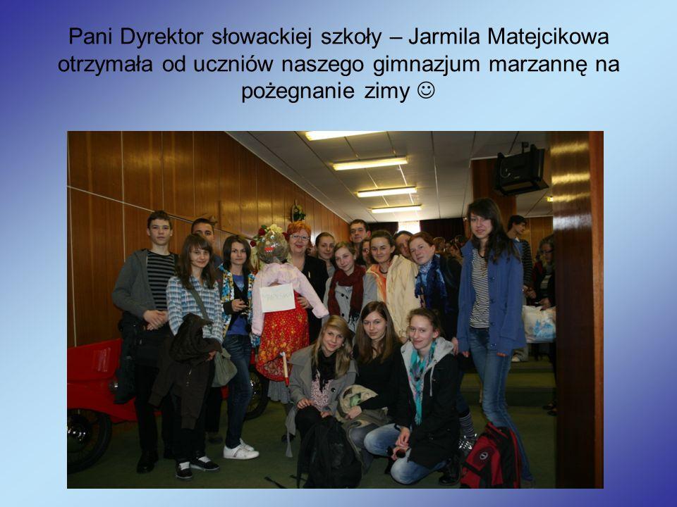 Pani Dyrektor słowackiej szkoły – Jarmila Matejcikowa otrzymała od uczniów naszego gimnazjum marzannę na pożegnanie zimy