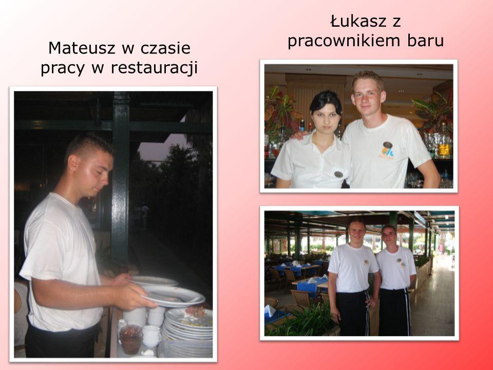 Mateusz w czasie pracy w restauracji Łukasz z pracownikiem baru