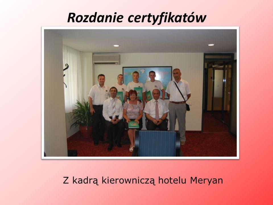 Rozdanie certyfikatów Z kadrą kierowniczą hotelu Meryan