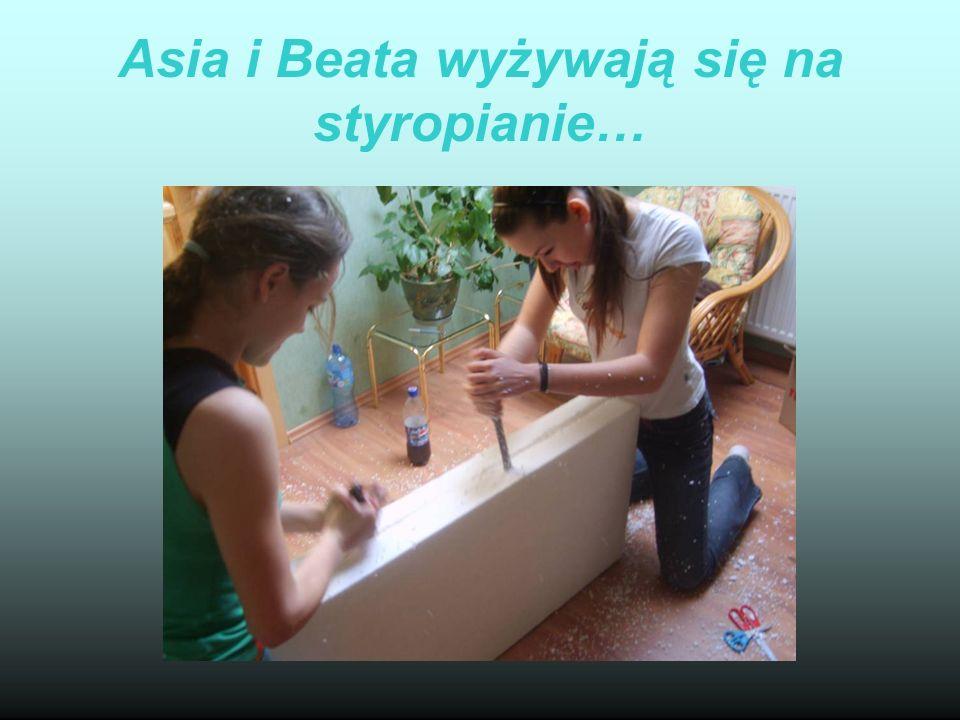Asia i Beata wyżywają się na styropianie…