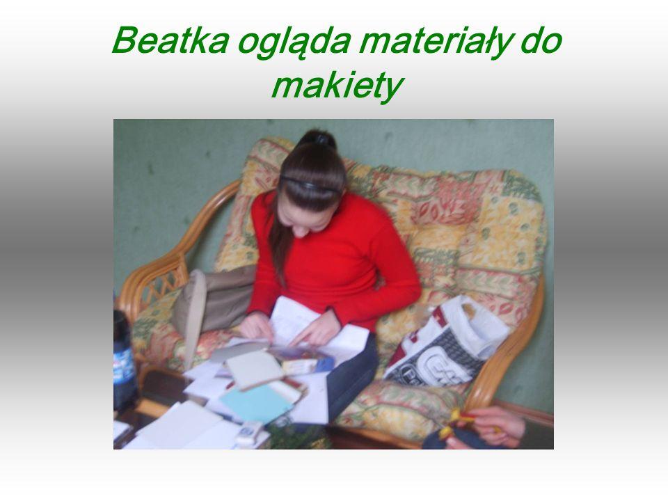 Beatka ogląda materiały do makiety