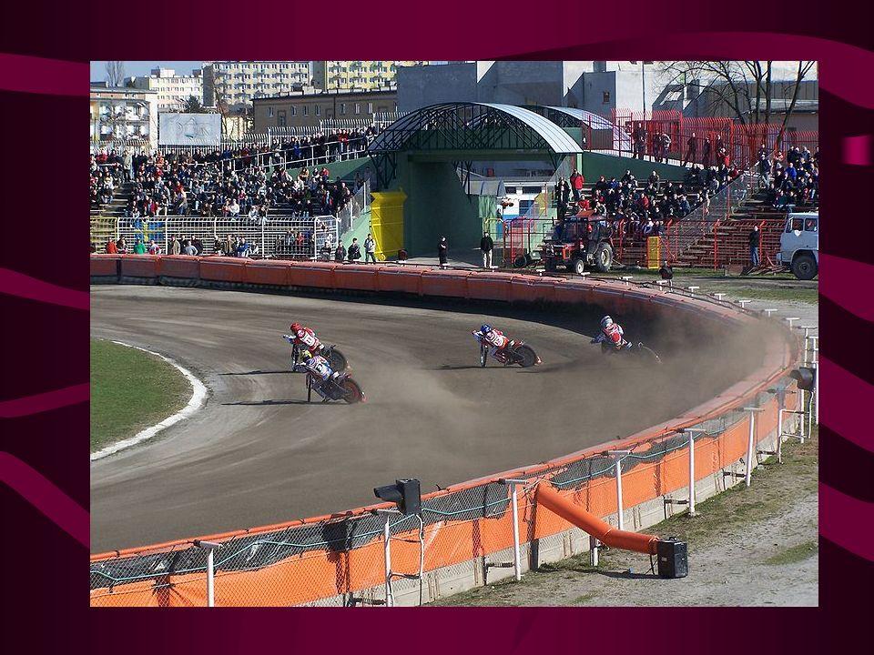 W części krajów byłego ZSRR popularnością cieszy się żużel na lodzie, różniący się od odmian na torach o nawierzchniach sypkich lub trawiastych techniką pokonywania zakrętów, oraz konstrukcją motocykli.