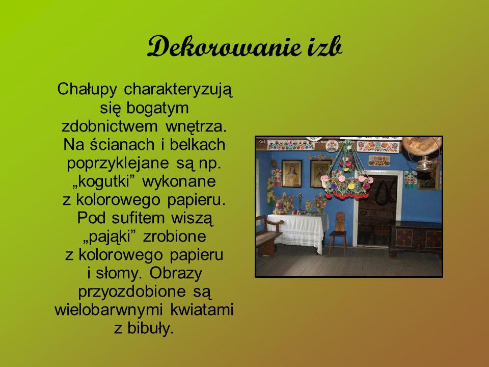 Dekorowanie izb Chałupy charakteryzują się bogatym zdobnictwem wnętrza. Na ścianach i belkach poprzyklejane są np. kogutki wykonane z kolorowego papie