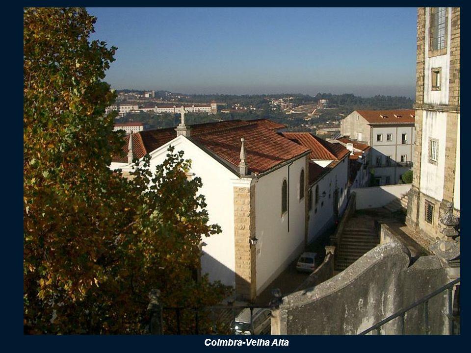 IGREJA de SANTA CRUZ (Kościół Świetego Krzyża) Kościół i klasztor ufundował w 1131 r Dom Afonso Henriques, Został on w tej świątyni pochowany.