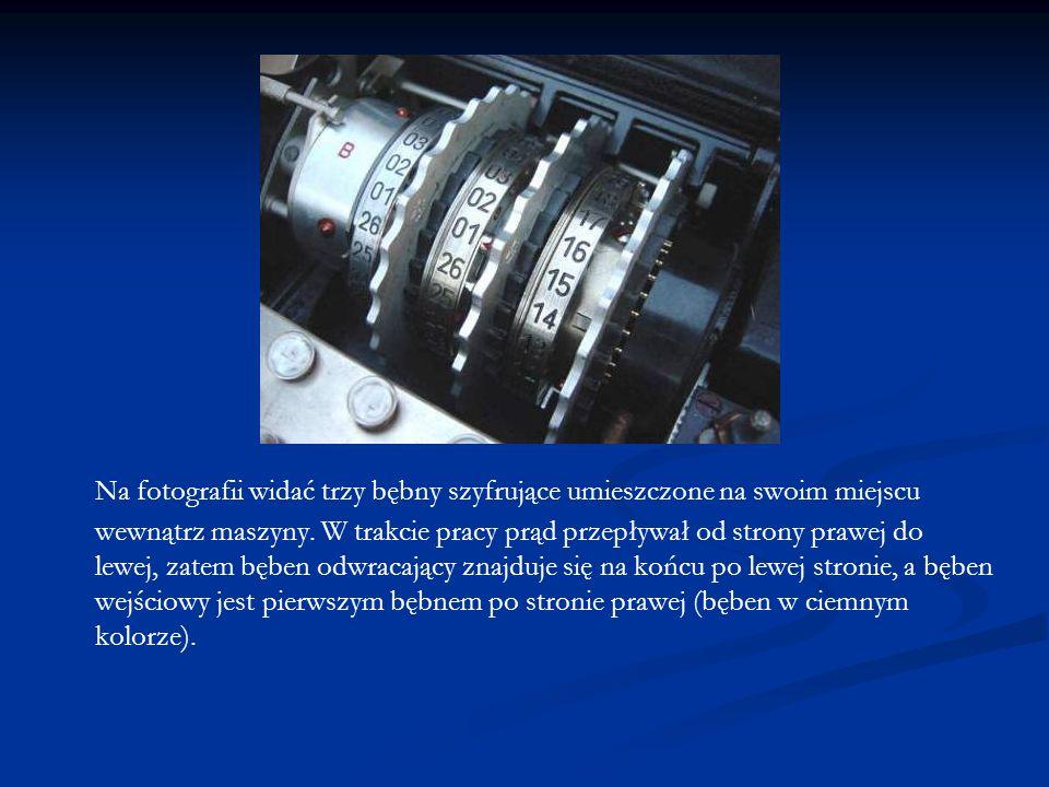 Na fotografii widać trzy bębny szyfrujące umieszczone na swoim miejscu wewnątrz maszyny. W trakcie pracy prąd przepływał od strony prawej do lewej, za