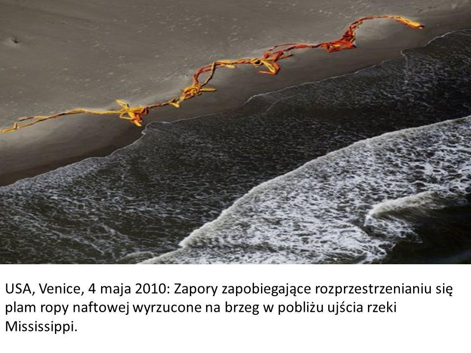 USA, Zatoka Meksykańska, 9 maja 2010: Holowniki ciągną pływające zapory i zgarniają unoszącą się na wodzie ropę naftową.