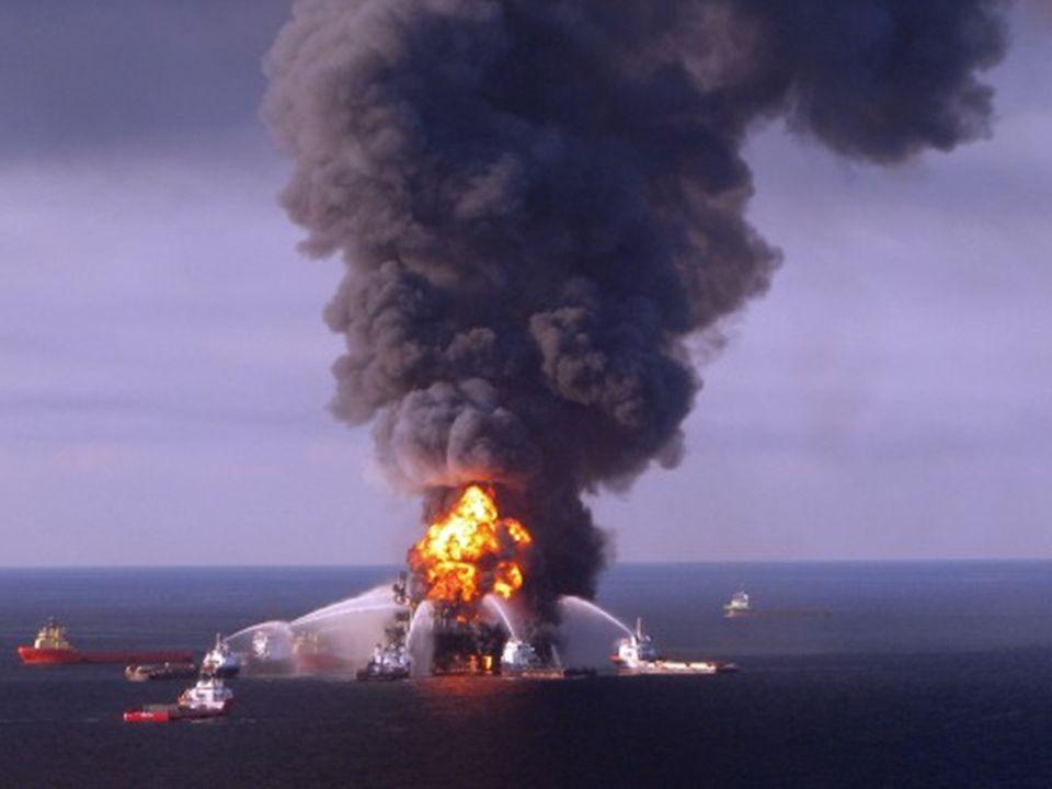 USA, Venice, 4 maja 2010: Zapory zapobiegające rozprzestrzenianiu się plam ropy naftowej wyrzucone na brzeg w pobliżu ujścia rzeki Mississippi.