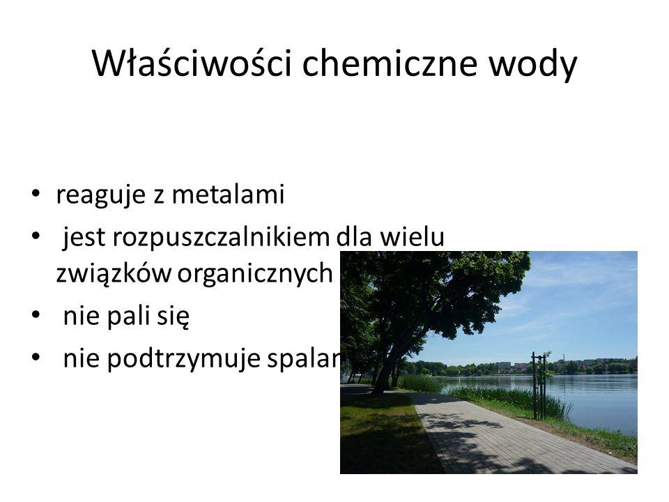 Właściwości chemiczne wody reaguje z metalami jest rozpuszczalnikiem dla wielu związków organicznych nie pali się nie podtrzymuje spalania