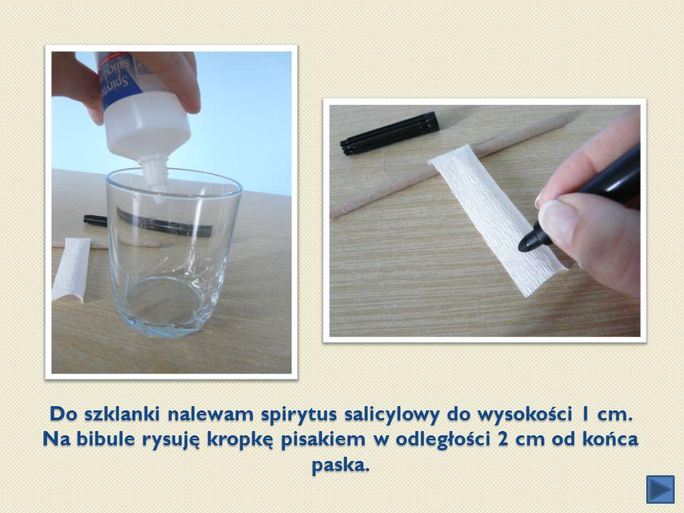 Do szklanki nalewam spirytus salicylowy do wysokości 1 cm. Na bibule rysuję kropkę pisakiem w odległości 2 cm od końca paska.