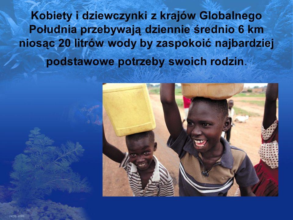Kobiety i dziewczynki z krajów Globalnego Południa przebywają dziennie średnio 6 km niosąc 20 litrów wody by zaspokoić najbardziej podstawowe potrzeby