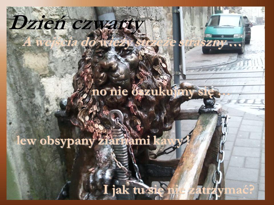 A wejścia do wieży strzeże straszny … no nie oszukujmy się … lew obsypany ziarnami kawy ! lew obsypany ziarnami kawy ! I jak tu się nie zatrzymać? Dzi