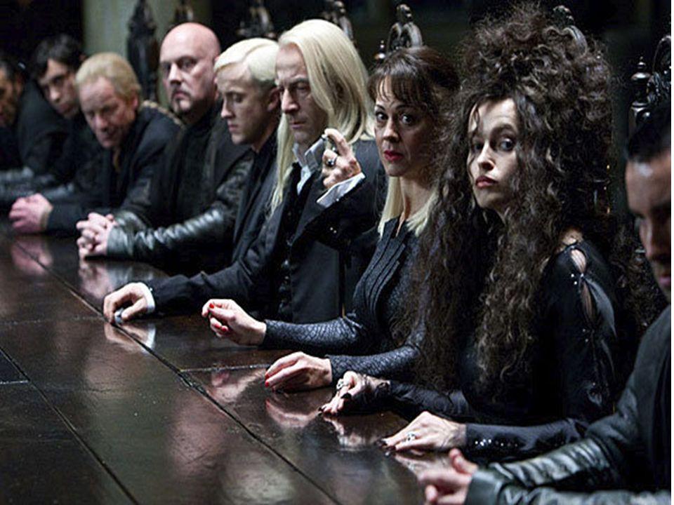 Transmutacja, czyli inicjacyjna przemiana W wielkiego czarnego psa przeobraża się (transmutacja alchemiczna jest obrazem inicjacji) wilkołak Syriusz Black, który jest ojcem chrzestnym Harry ego (chrzest też jest inicjacją).
