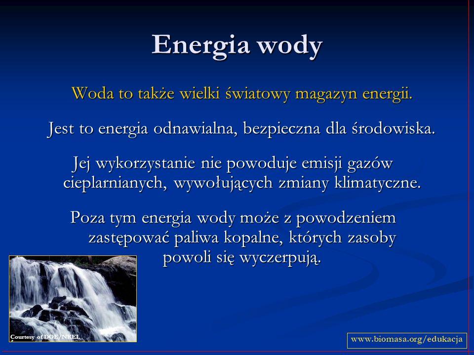 Elektrownia szczytowo-pompowa posiada dwa zbiorniki wodne – górny i dolny posiada dwa zbiorniki wodne – górny i dolny gromadzi potencjalną energię, przepompowując wodę ze zbiornika dolnego do górnego gromadzi potencjalną energię, przepompowując wodę ze zbiornika dolnego do górnego gdy zapotrzebowanie na energię wzrasta, uwalnia wodę z górnego zbiornika i produkuje energię gdy zapotrzebowanie na energię wzrasta, uwalnia wodę z górnego zbiornika i produkuje energię www.biomasa.org/edukacja