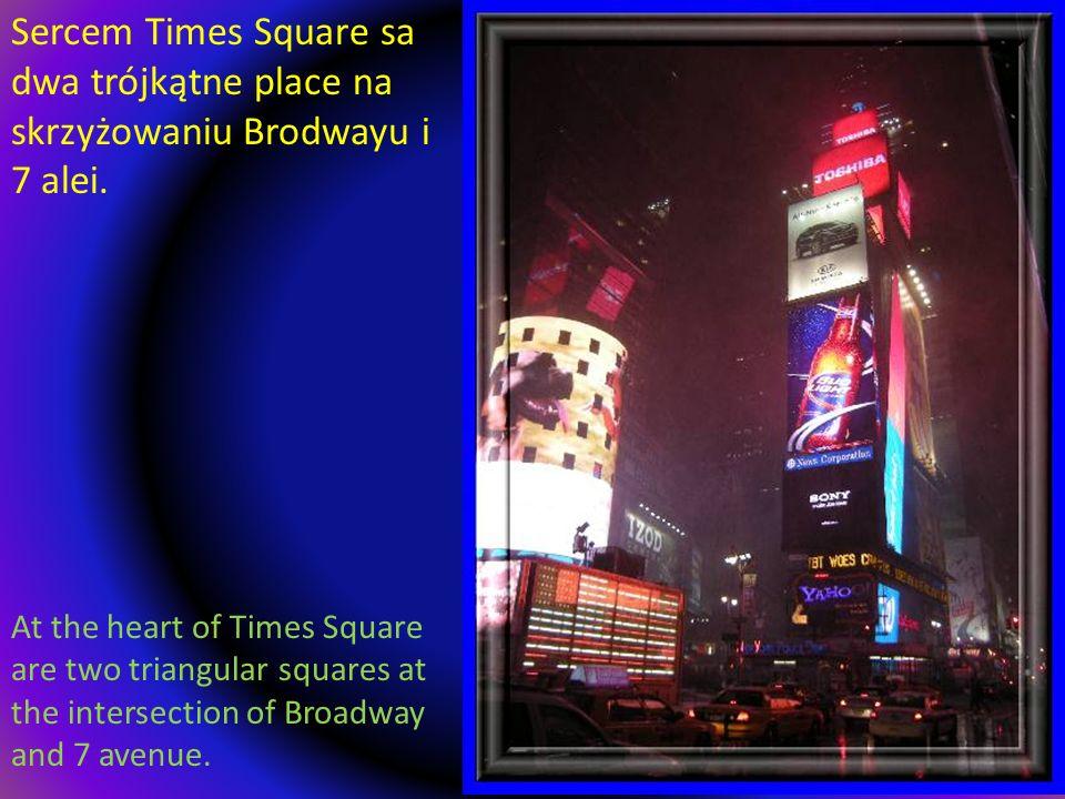 Sercem Times Square sa dwa trójkątne place na skrzyżowaniu Brodwayu i 7 alei.