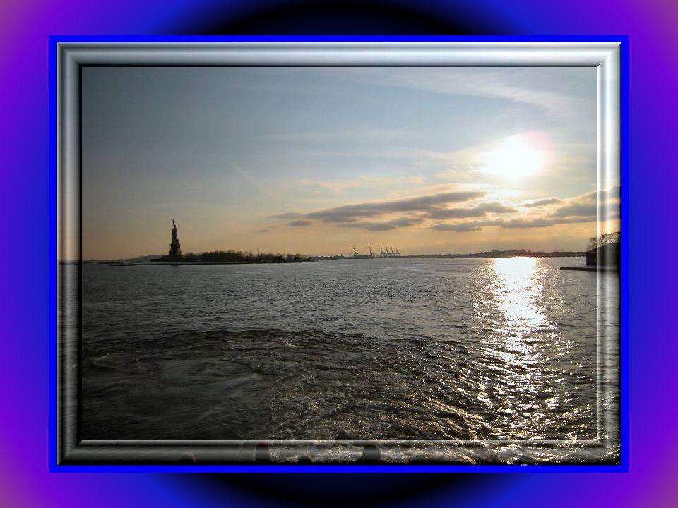 Statua Wolności - posąg znajdujący się przy wejściu do portu uznawany za symbol Nowego Jorku. W rzeczywistości dużo mniejsza niż wydaje sie byc gdy og