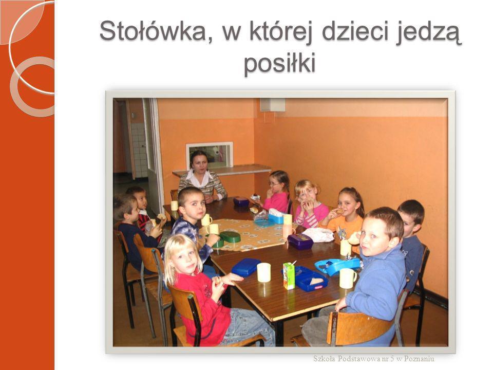 Stołówka, w której dzieci jedzą posiłki Szkoła Podstawowa nr 5 w Poznaniu