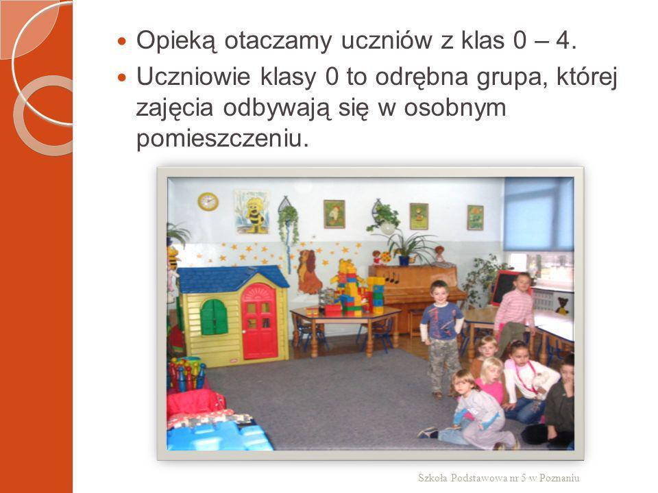 Opieką otaczamy uczniów z klas 0 – 4. Uczniowie klasy 0 to odrębna grupa, której zajęcia odbywają się w osobnym pomieszczeniu. Szkoła Podstawowa nr 5