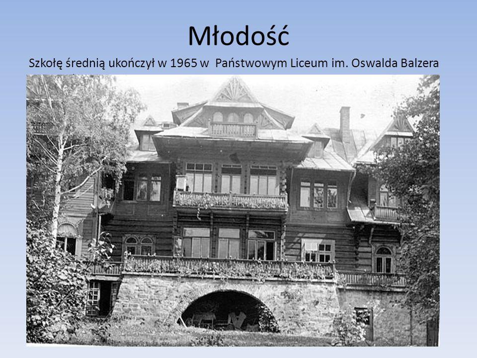 Studia Dyplom lekarza uzyskał na Śląskiej Akademii Medycznej w Katowicach w 1972 roku.