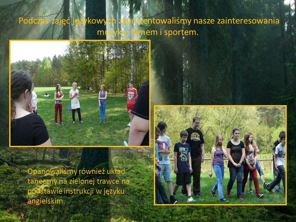 Opanowaliśmy również układ taneczny na zielonej trawce na podstawie instrukcji w języku angielskim. Podczas zajęć językowych zaprezentowaliśmy nasze z