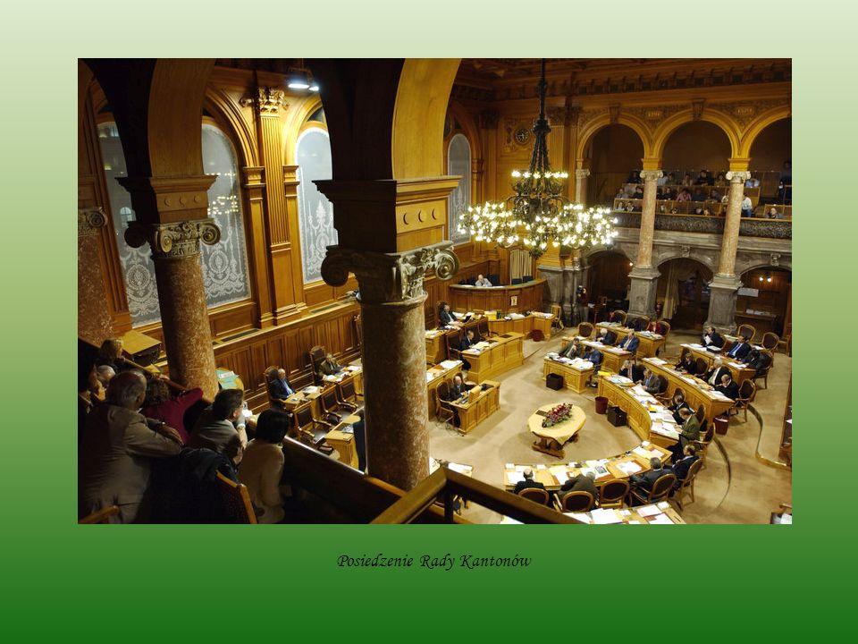 Partie polityczne 20 partii politycznych próbuje realizować swoje cele statutowe i zamysły, 13 z nich zasiada w fotelach parlamentarnych.