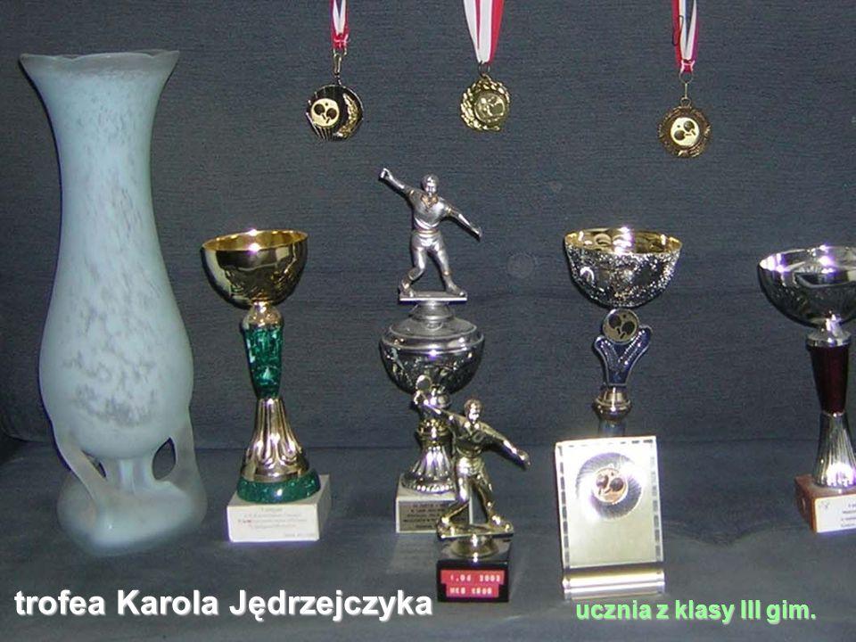 trofea Karola Jędrzejczyka ucznia z klasy III gim.