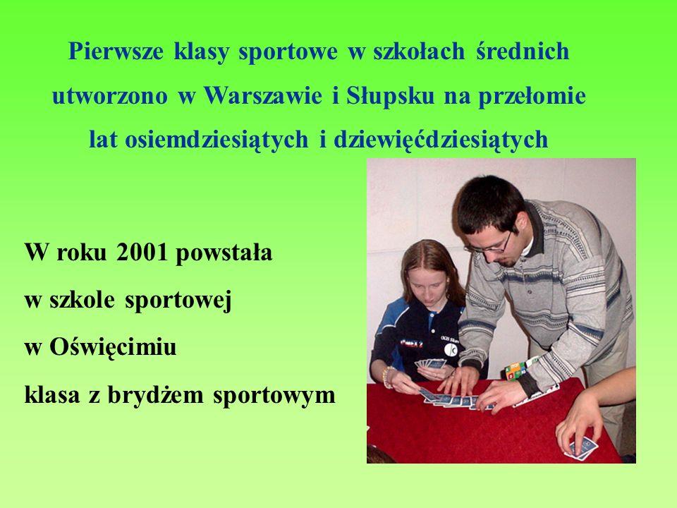 Pierwsze klasy sportowe w szkołach średnich utworzono w Warszawie i Słupsku na przełomie lat osiemdziesiątych i dziewięćdziesiątych W roku 2001 powsta