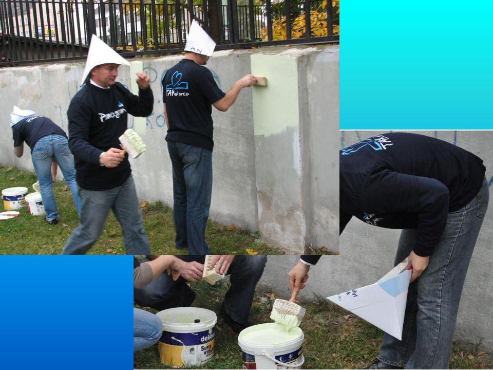 Pomalowania muru podjęli się wolontariusze Kredyt Banku z szefostwem na czele.