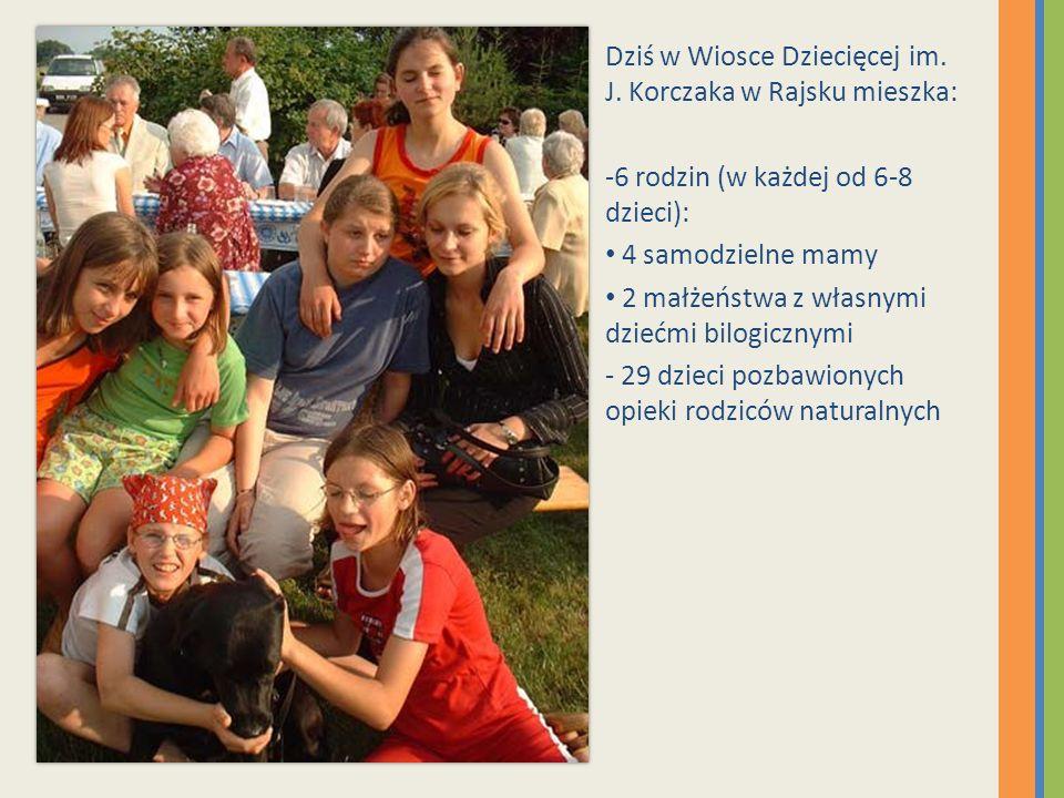 Dziś w Wiosce Dziecięcej im. J. Korczaka w Rajsku mieszka: -6 rodzin (w każdej od 6-8 dzieci): 4 samodzielne mamy 2 małżeństwa z własnymi dziećmi bilo