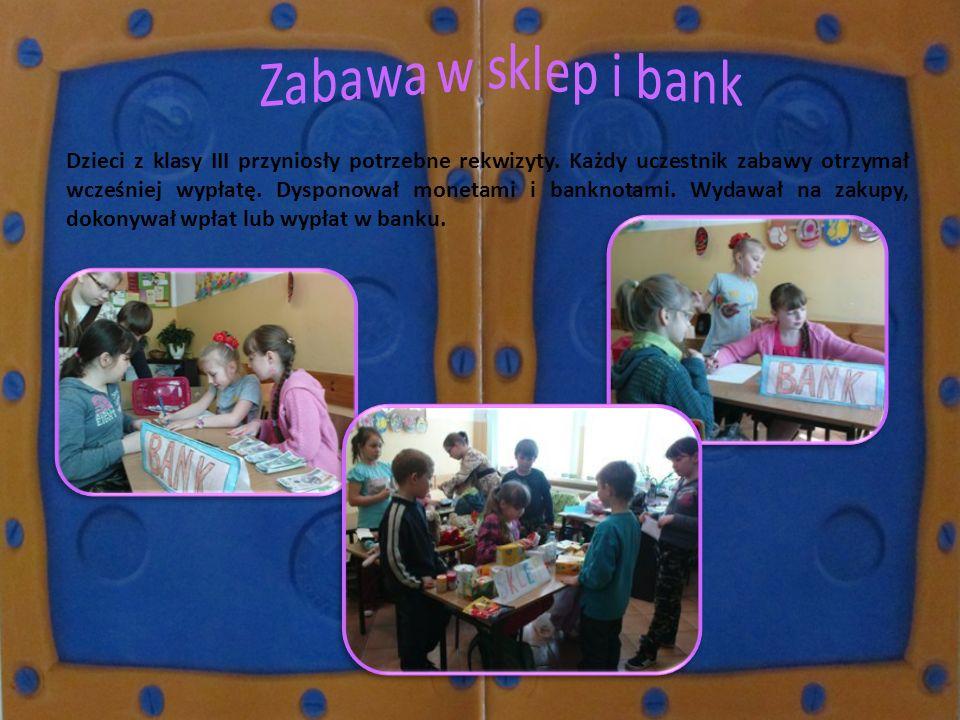 Dzieci z klasy III przyniosły potrzebne rekwizyty. Każdy uczestnik zabawy otrzymał wcześniej wypłatę. Dysponował monetami i banknotami. Wydawał na zak