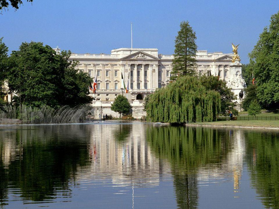 Buckingham Palace – oficjalna, stała rezydencja królewska od 1837r. Obecnie pałac ten jest zamieszkany przez królową Elżbietę II. Jej obecność sygnali