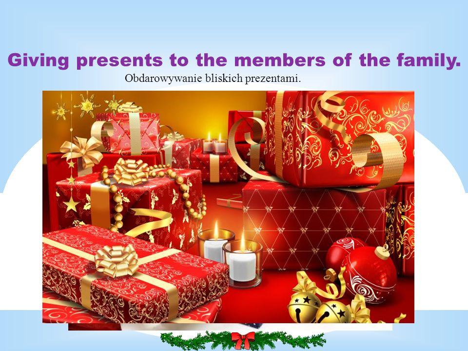 Giving presents to the members of the family. Obdarowywanie bliskich prezentami.