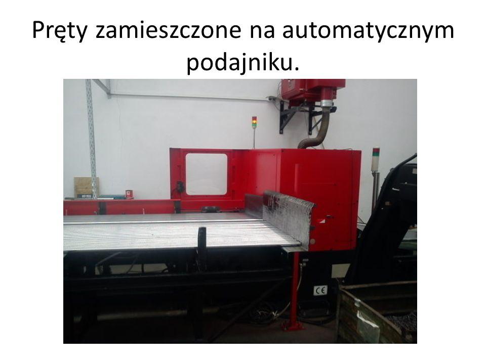 Pręty zamieszczone na automatycznym podajniku.