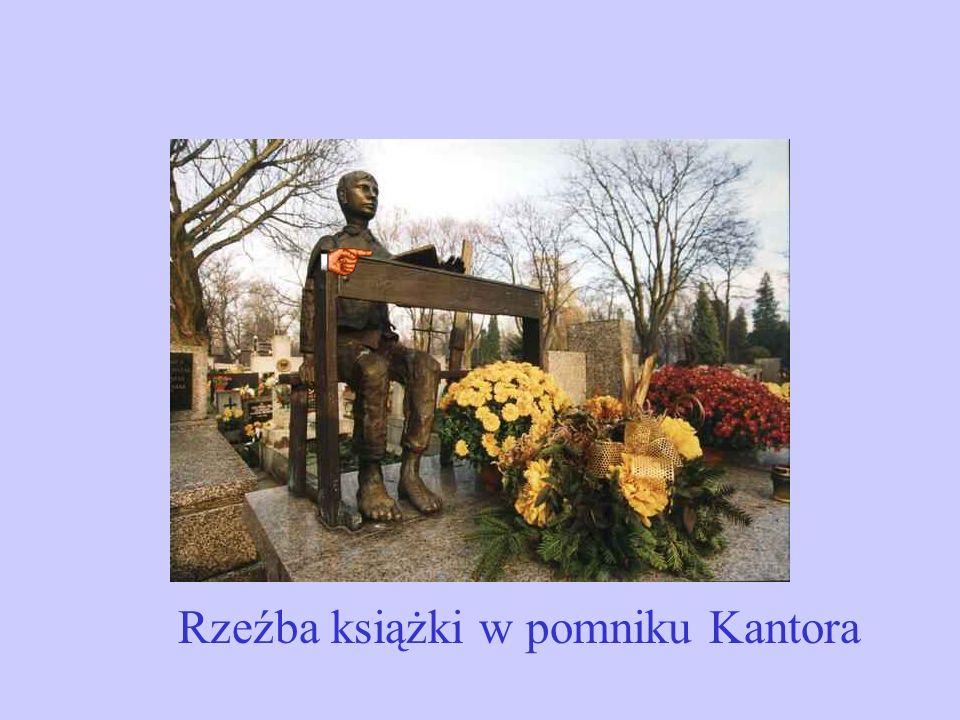 Rzeźba książki w pomniku Kantora