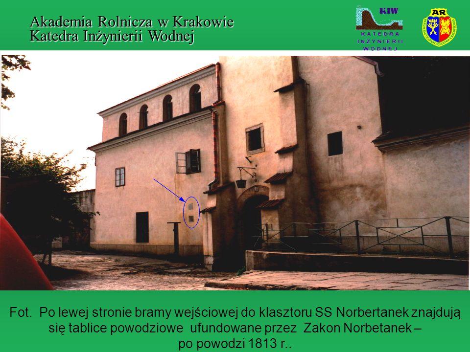 Fot. Po lewej stronie bramy wejściowej do klasztoru SS Norbertanek znajdują się tablice powodziowe ufundowane przez Zakon Norbetanek – po powodzi 1813