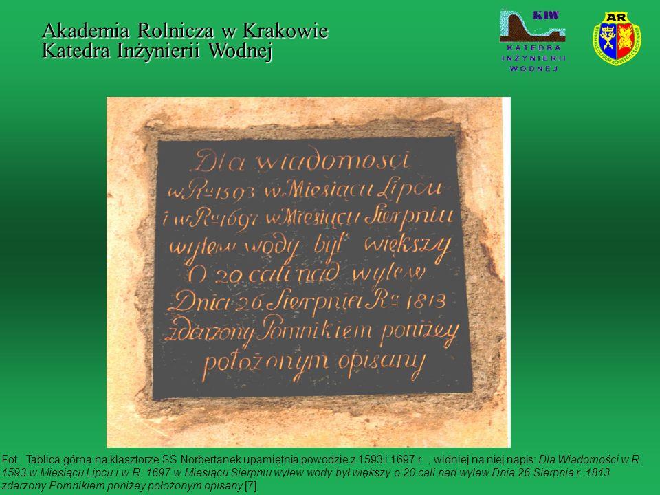 Fot. Tablica górna na klasztorze SS Norbertanek upamiętnia powodzie z 1593 i 1697 r., widniej na niej napis: Dla Wiadomości w R. 1593 w Miesiącu Lipcu